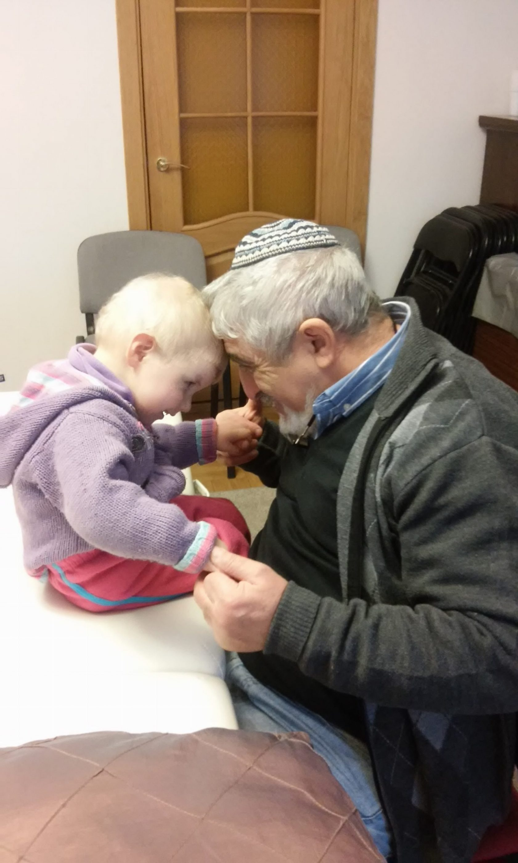 Доктор Лев Левит с благодарным пациентом